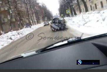 S-a plimbat pe strazi cu masina facuta praf si cu un mort pe bancheta din spate VIDEO