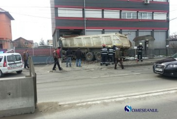 Accident de mare gabarit la Cluj. Două autotrenuri s-au ciocnit și unul a intrat într-o casă