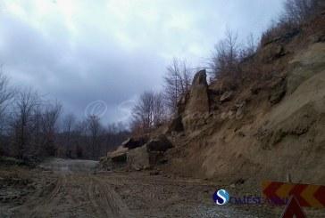 Blocuri mari de stâncă s-au prăbușit pe carosabil pe DN 18B