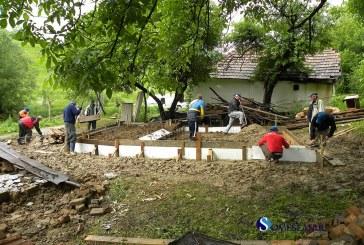Ofiteri si agenti din cadrul Penitenciarului Gherla voluntari la reconstructia unei case