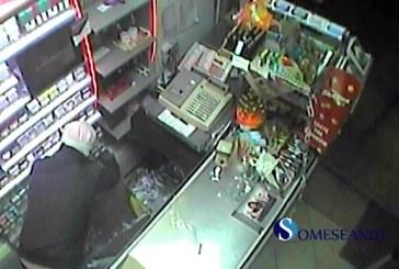 Trei tineri filmați în timp ce furau din magazine – VIDEO