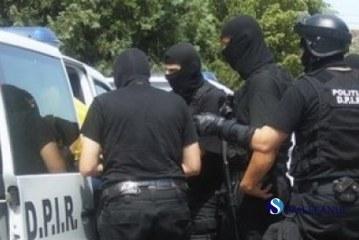 """Prejudiciu de 600.000 de euro, suspecții au fost """"săltați"""" de mascați"""