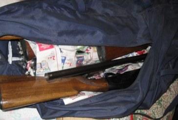 Circulau cu arma în mașină, fără nicio grijă. Polițiștii le-au confiscat arma și cartușele