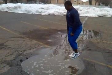 Farsă periculoasă. L-au pus să sară în baltă – VIDEO