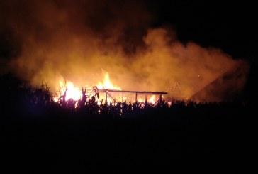 Incendiu VIOLENT în Ferneziu. Flăcările s-au extins la mai multe imobile