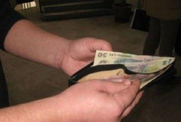 Spiritul civic există! O tânără din Dej a predat un portofel găsit pe stradă, polițiștilor