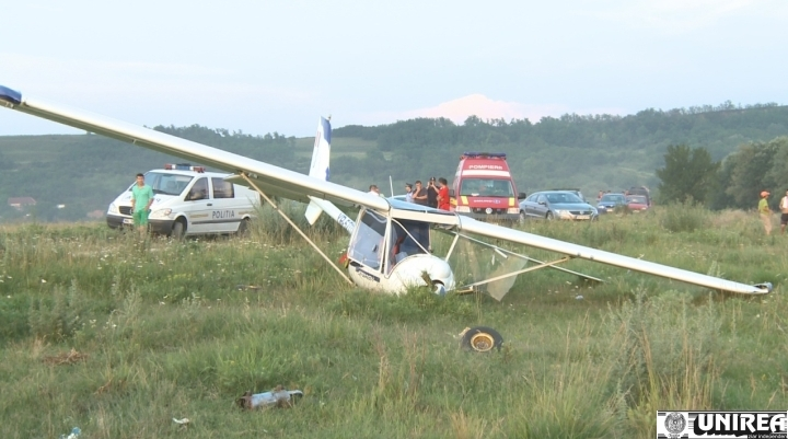 un-avion-ultrausor-aterizat-fortat-langa-alba-iulia1371883889