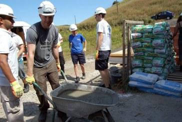 Record de voluntari pe șantierul Habitat for Humanity Cluj: echipă cu 41 de avocaţi din Marea Britanie