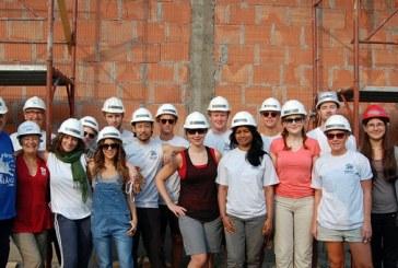 Avocaţi din şapte ţări diferite construiesc pe şantierul Habitat for Humanity Cluj