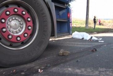 O clipă de neatenţie a şoferului şi autotrenul a fost la pământ