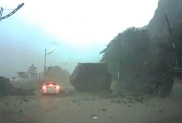 VIDEO | Aproape strivit de un bolovan căzut de pe munte