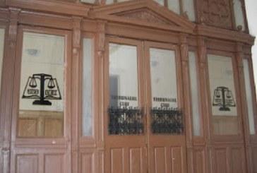 Doi avocati clujeni s-au luat la bataie pe holurile tribunalului – VIDEO