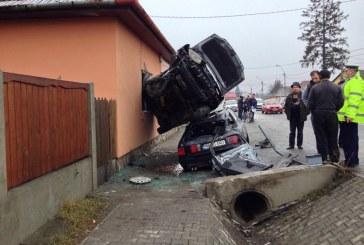 Accident bizar: A ajuns cu maşina în fereastra unei case – FOTO
