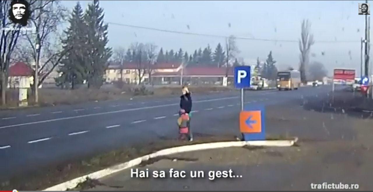 Caz şocant: prostituată stă la produs, pe centură, alături de copilul ei – VIDEO
