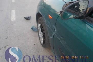 Două mașini avariate pe o stradă din Gherla. Șoferul vinovat a fugit