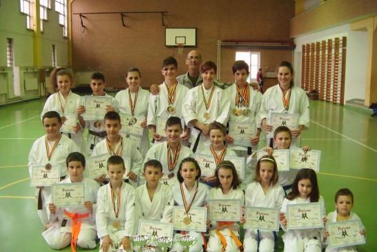 33 de medalii cucerite de karateka dejeni la Campionatul Național
