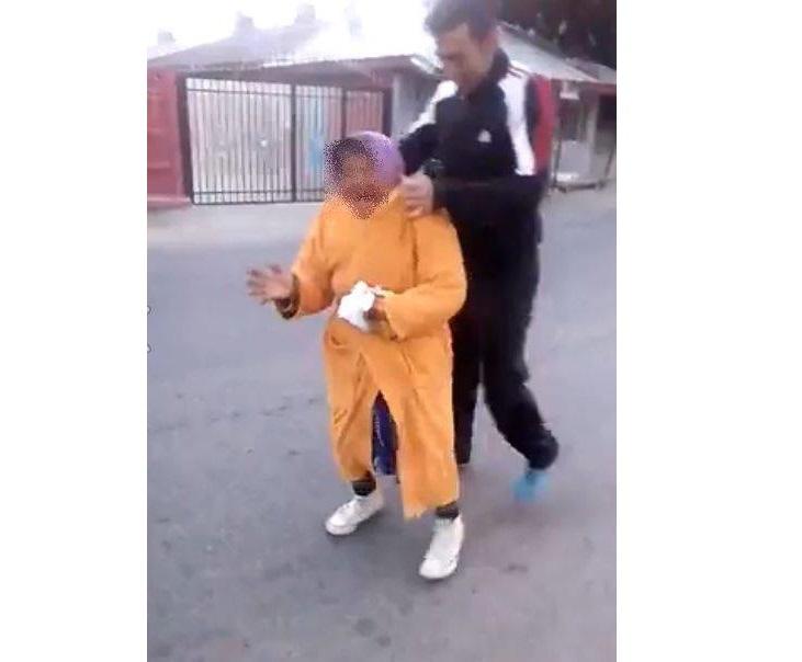 Imagini incredibile postate pe net. O bătrână este batjocorită de niște golani – VIDEO