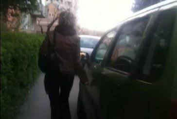 VIDEO – Femeie filmată în timp ce zgâria cu o cheie mai multe mașini