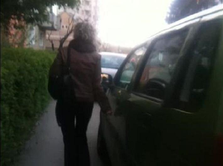 femeie_zgarie_masina