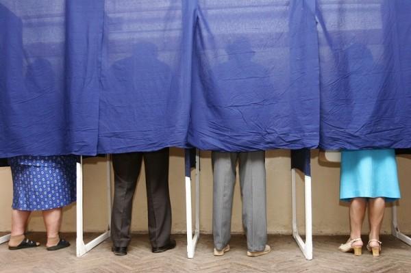 B.E.C interzice telefoanele mobile în cabina de vot