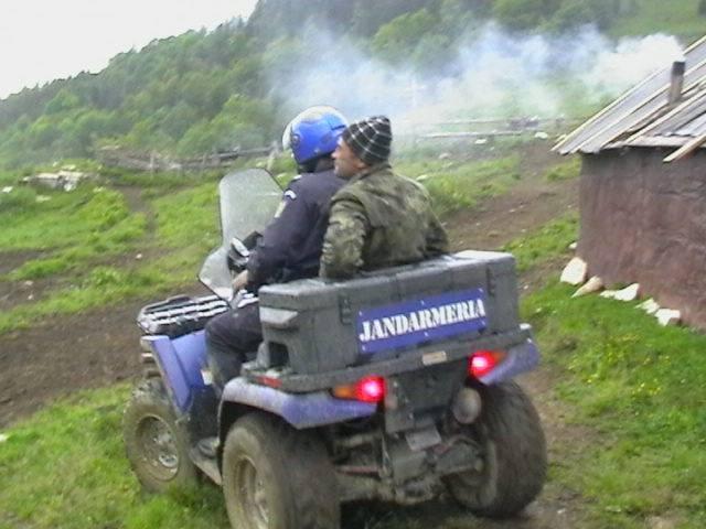cioban ranit transportat cu ATV-ul de jandarmi