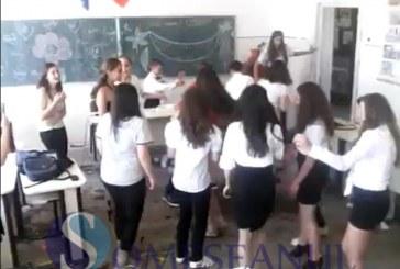 Manele și dansuri pe bănci și pe catedră la finalul clasei a 8-a în Cuzdrioara – VIDEO