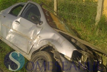 A încercat să depășească două motociclete și s-a izbit de o altă mașină