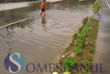 Inundații pe o stradă din Gherla – FOTO