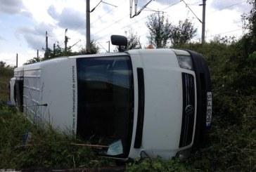 Accident grav pe autostradă. Un microbuz plin cu copii a ieşit de pe carosabil şi s-a răsturnat