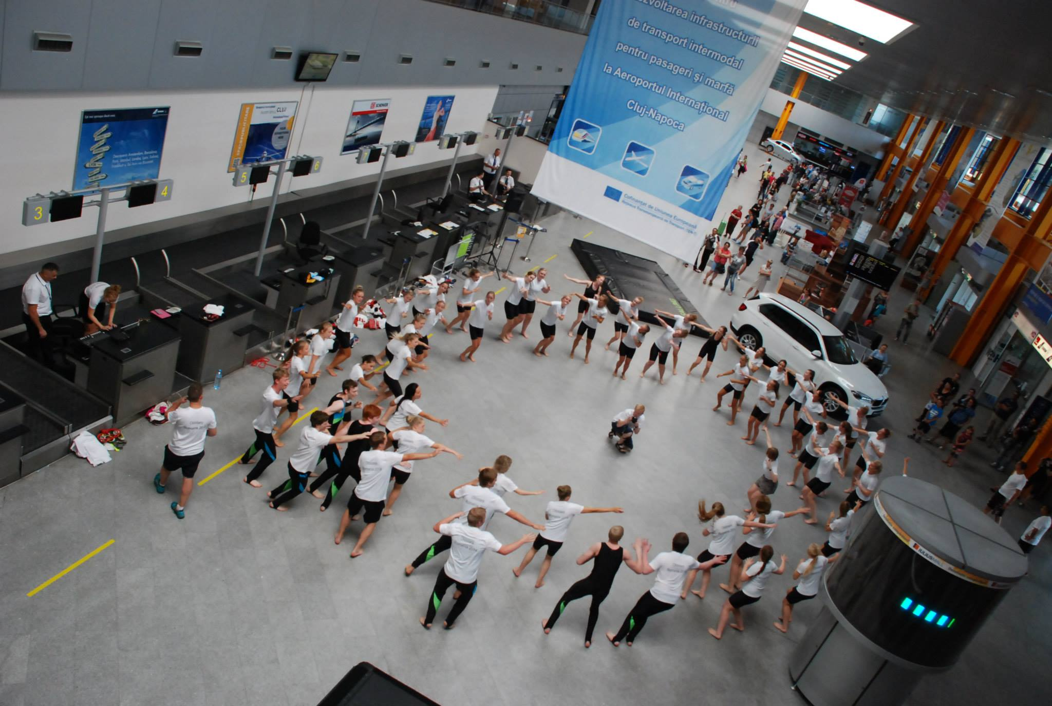 spectacol gimnastica dans aeroport cluj