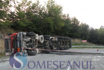Accident la Gâlgău. O cisternă cu motorină și o autobasculantă încărcată cu sticlă s-au ciocnit