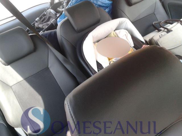bebelus lasat in masina Salina Turda (1)
