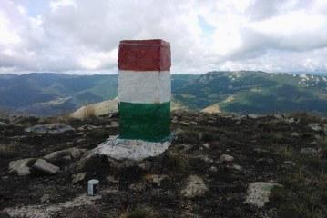 Au vopsit tricolorul românesc de pe bornele kilometrice cu culorile steagului Ungariei – FOTO