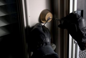 Un gherlean a furat trei telefoane, un lănțișor de aur și bani