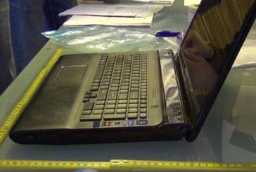Doi tineri din Cluj reținuți pentru 24 de ore, după ce au furat un laptop