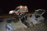 Accident grav la Cășeiu. Mai mulți tineri au ajuns la spital după ce șoferul, băut la volan, a intrat într-un podeț de beton