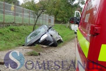 Două mașini au ajuns în șanț pe drumurile din Bistrița. Trei persoane au fost rănite