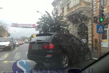 """De la cititori: """"Ai parcat ca un bou"""" în centrul Dejului – FOTO"""