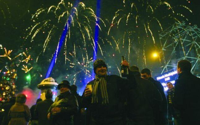Ce fac românii de Revelion. Cei mai mulți vor petrece noaptea dintre ani în fața televizorului