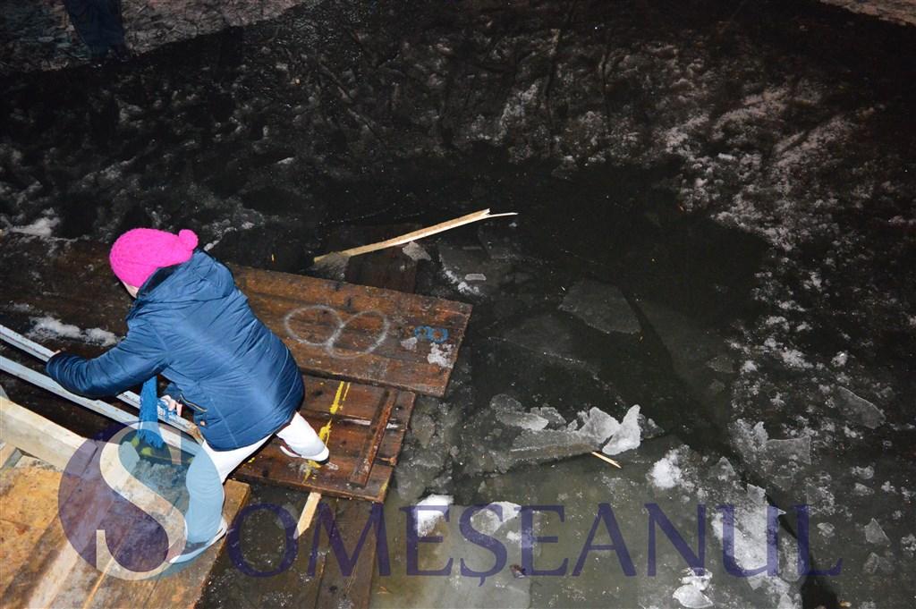 Gherla. Mai multe persoane au căzut în apă, după ce gheața de pe patinoar a cedat – FOTO/VIDEO