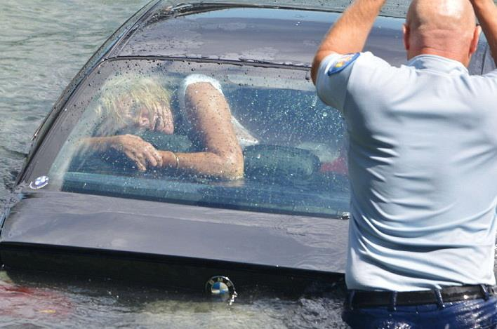 salvare femeie plonjat masina in rau