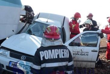 FOTO – Un șofer a murit după ce mașina lui a fost lovită de tren