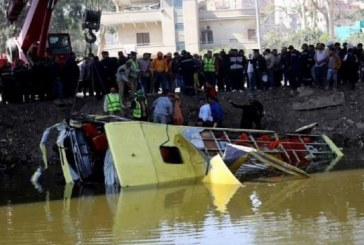 Cel puțin 35 de persoane au murit după ce un autocar s-a prăbușit de pe un pod – FOTO/VIDEO