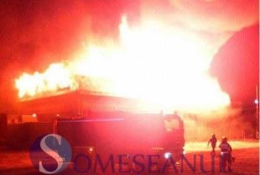 Luptă cu flăcările a pompierilor din Beclean și Dej – Un service auto din Ciceu Mihăiești s-a făcut scrum