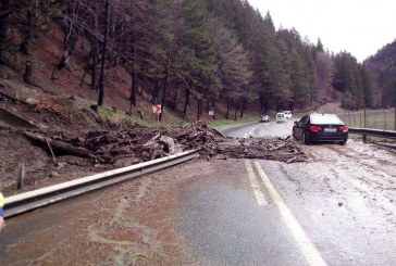 DN 17 parțial blocat în zona Valea Străjii din cauza unei alunecări de teren – FOTO