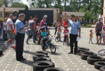 """Poliţiştii clujeni au desfăşurat activităţi preventive în cadrul proiectului """"Micul biciclist şi siguranţa lui"""""""