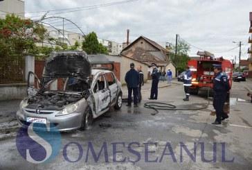 Incendiu la un autoturism în Comuna Bonțida. Mașina a ars în totalitate