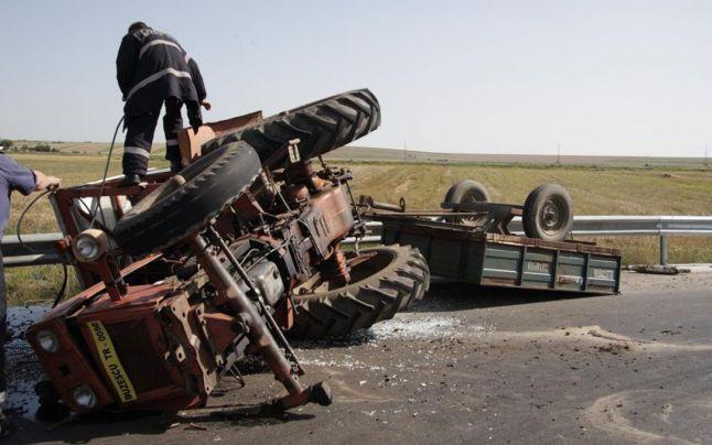 tractor rasturnat-remorca
