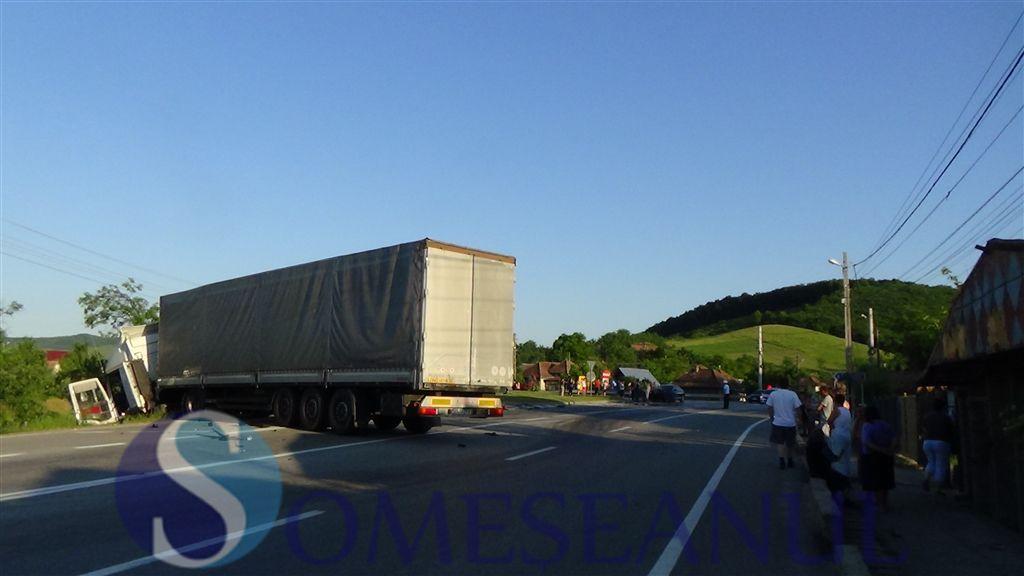 accident autoturism TIR Bunesti Gherla-someseanul (1)