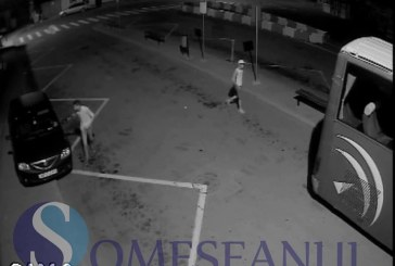 Doi tineri au rupt oglinzile mai multor mașini din Autogara Gherla. VIDEO de pe camerele de supraveghere